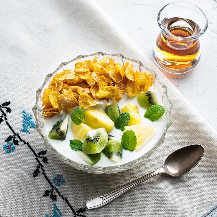 メープルヨーグルトクリームをかけたコーンフレーク