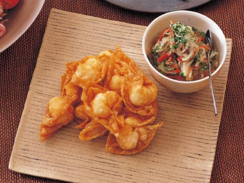 えびの揚げワンタン、メープル風味のベトナムなます添え