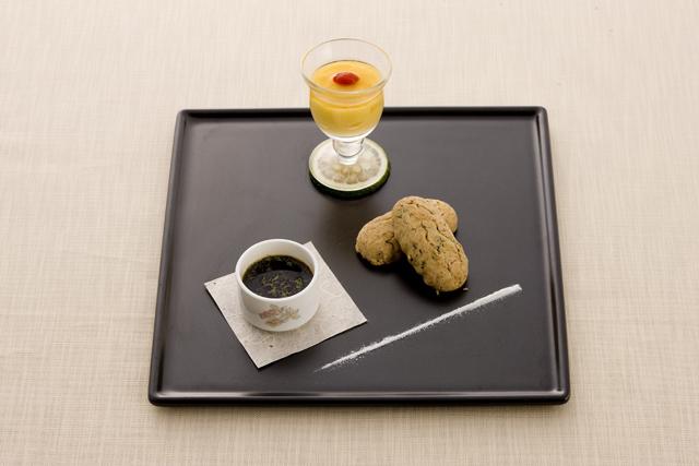 メープルマンゴープリンとメープルジャスミンちんすこう、雪塩と黒糖ミントソースを添えて