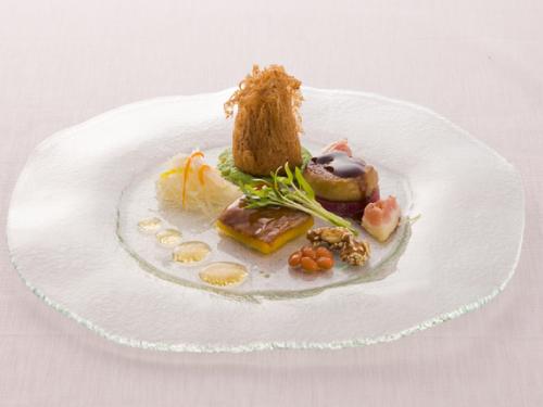 北京ダックとフォアグラのコンビネーション<br>メープルのエッセンス タロイモの揚げ物と2種の豆を添えて