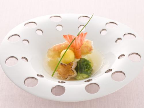 カナダ産サトウカエデの美味追究 <br>(海老琥珀葛水仙とかえで帆立の焦がしメープルシュガー メープルりんご酢掛け)