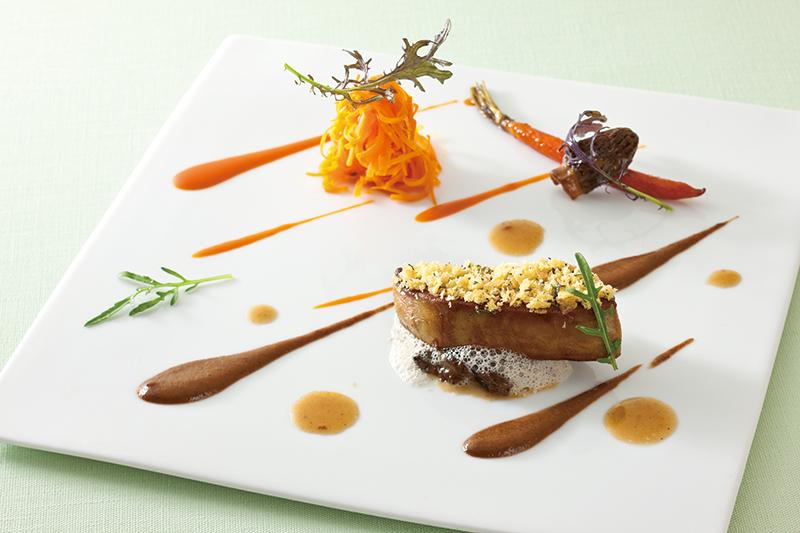 鴨のフォアグラ 香ばしく焼き上げロマランの香るブリオッシュとメープルフレークと共に<br>フレッシュモリユ茸のエチュベ、クミンと新人参のラペ